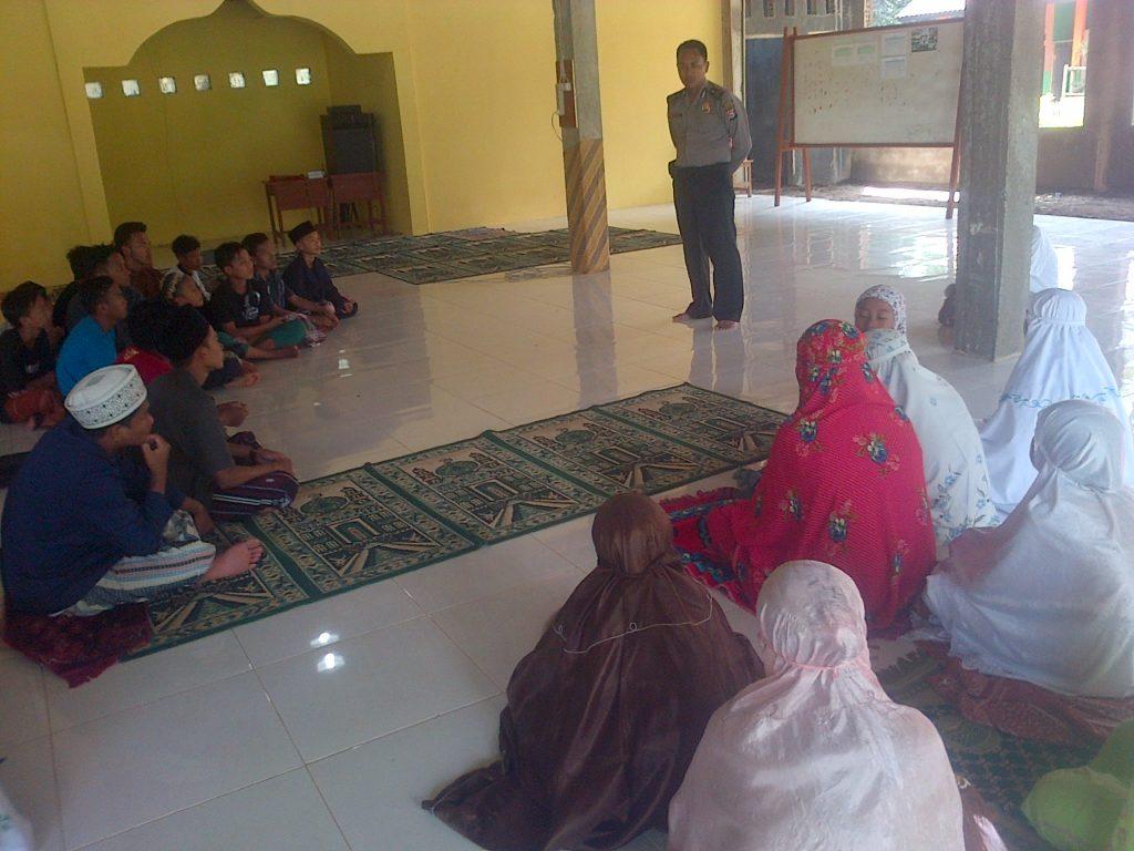 Tampak Brigadir Masudin saat menghimbau para santri Pondok Pesantren Modern Yayasan Nuansa Banten, Cikedal, Senin (14/11/2016)