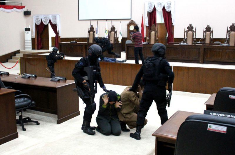 pasukan-anti-teror-satbrimobda-banten-lumpuhkan-kelompok-teroris-dan-selamatkan-anggota-dewan