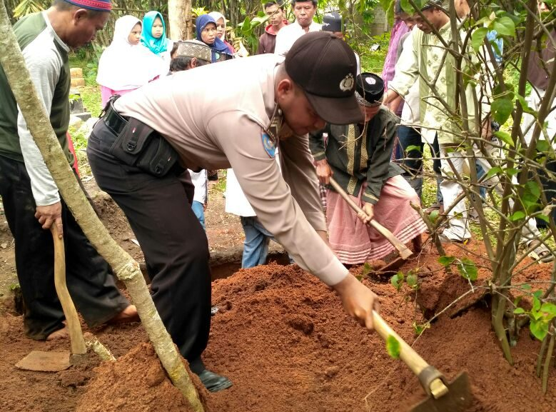 Brigpol Suardi, SH ikut serta membantu menggali kuburan almarhum warga binaan nya
