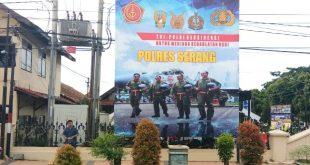 Pemasangan Baleho Sinergitas TNI dan POLRI di depan Mako Polres Serang