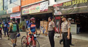 Kapolres Serang didampingi Kabag Ops Polres Serang menyapa salah satu peserta bersepeda dalam pengamanan jalur Bersepeda