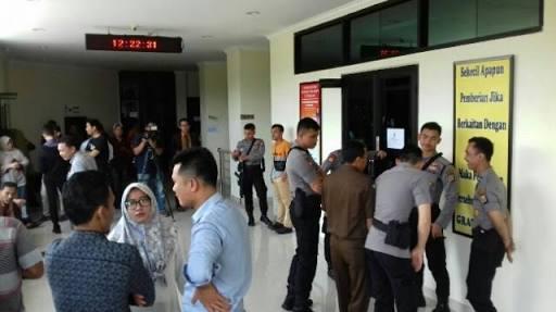 Personil Satuan Sabhara Polres Serang Mengawal Jalan nya sidang Kasus Pembunuhan di Cikeusal
