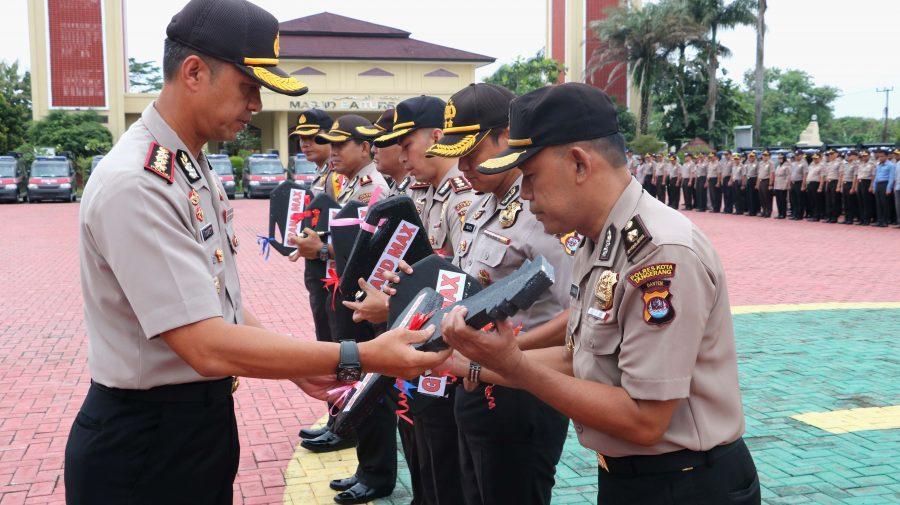 Wakapolda Banten Kombes Pol Tomex Kurniawan secara simbolis menyerahkan Kendaraan Operasional Pelayanan Kepolisian kepada Kapolres Jajaran di Lapangan Apel Mapolda Banten, Kamis (08/02)